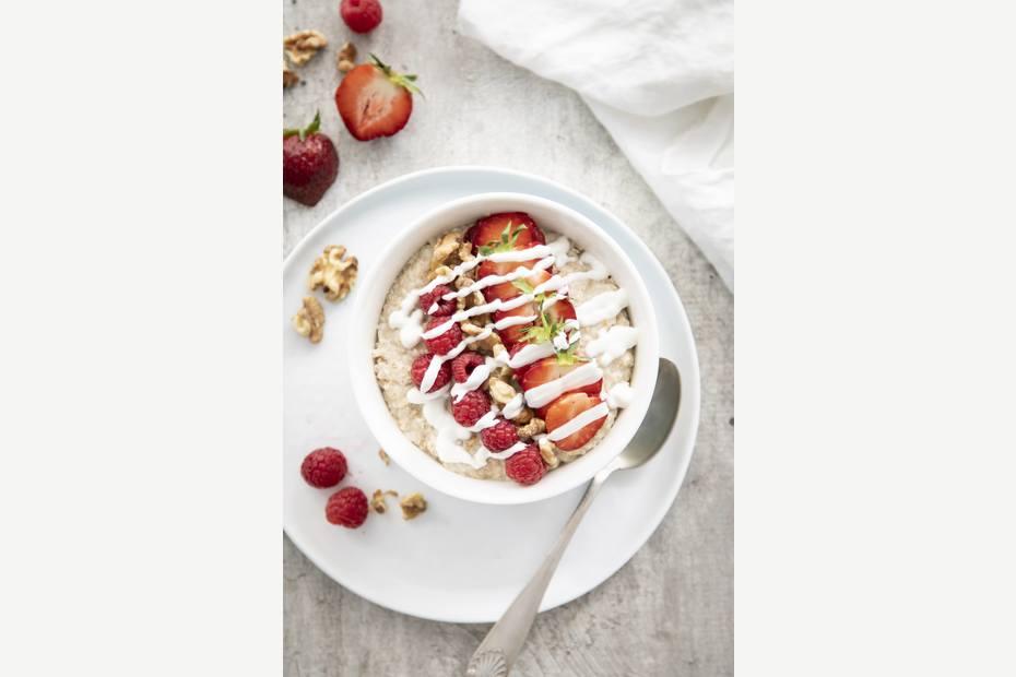 Havregrøt med bringebær, jordbær,valnøtt og yoghurt