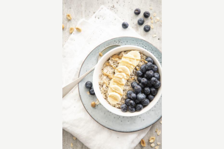 Havregrøt med blåbær, chia, banan og peanøttsmør
