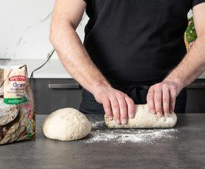 <p>Form deigen til brød</p>