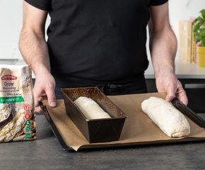 <p>Plasser deigen i en brødform, eller på en bakepapirkledd bakeplate</p>