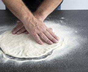 <p>Du kan også dra ut deigen ved å strekke den ut i kantene, ha rikelig med semulegryn på bordet så sklir deigen lettere</p>