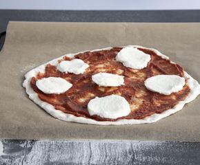 <p>Sett ovenen på 275°C. Bruker du pizzasten setter du denne inn i ovnen når du skrur den på, om ikke setter du inn en bakeplate. Slik at det varmer seg godt opp. Ha pizzaen på et bakepapir på baksiden av en bakeplate, ha på ønsket fyll og la den stå og hvile 30 min</p>