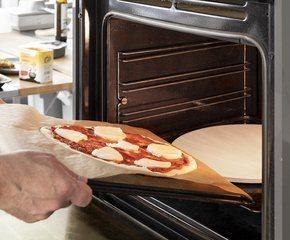 <p>Skyv forsiktig bakepapiret med pizzaen over på den varme pizzastenen eller bakeplaten og stek 5-6 min. eller til pizza er gyllen i kantene (avhengig av ovn)</p>