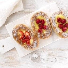 Boller med vaniljekrem og friske bær