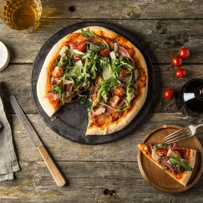 Italiensk pizza på grillen